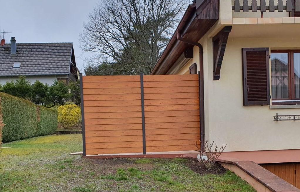 Paravent de terrasse en aluminium valu teinte chêne doré installé par Rustyle, alsace