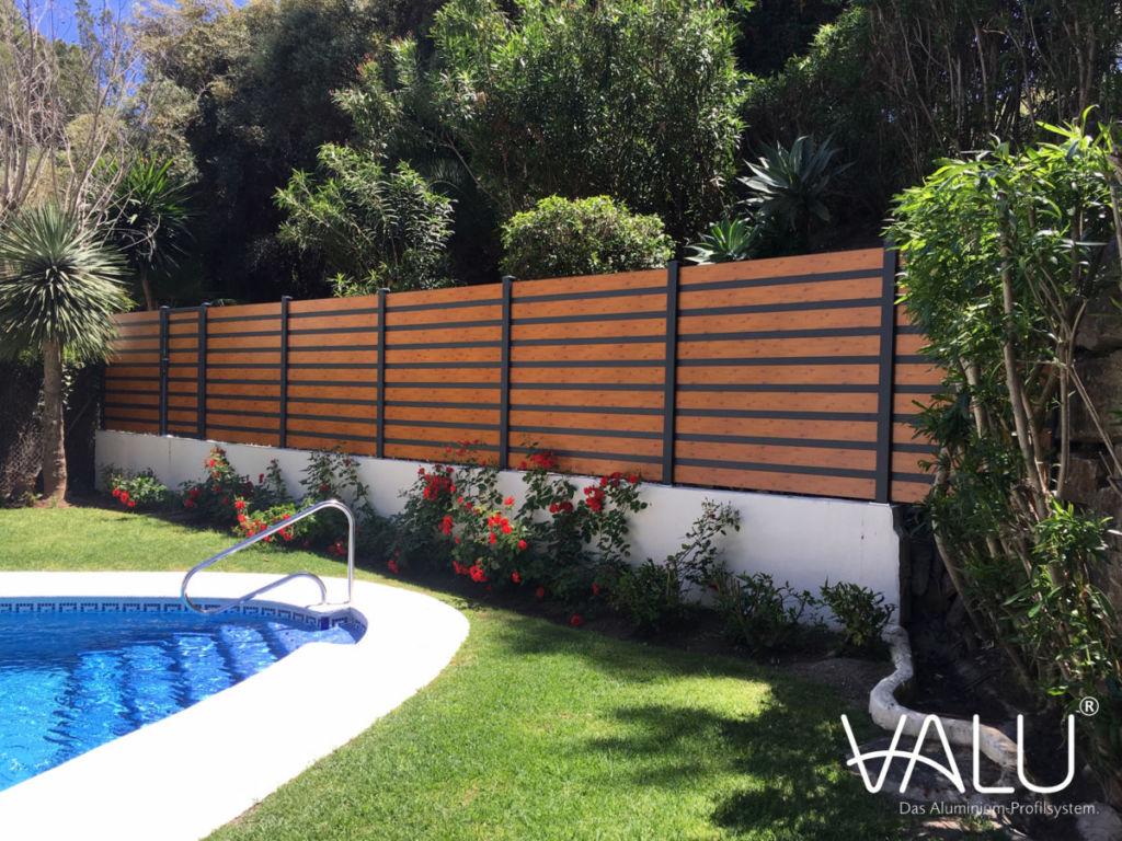 Aménagement de claustras en aluminium thermolaqué de la gamme Valu RUSTYLE avec effet bois