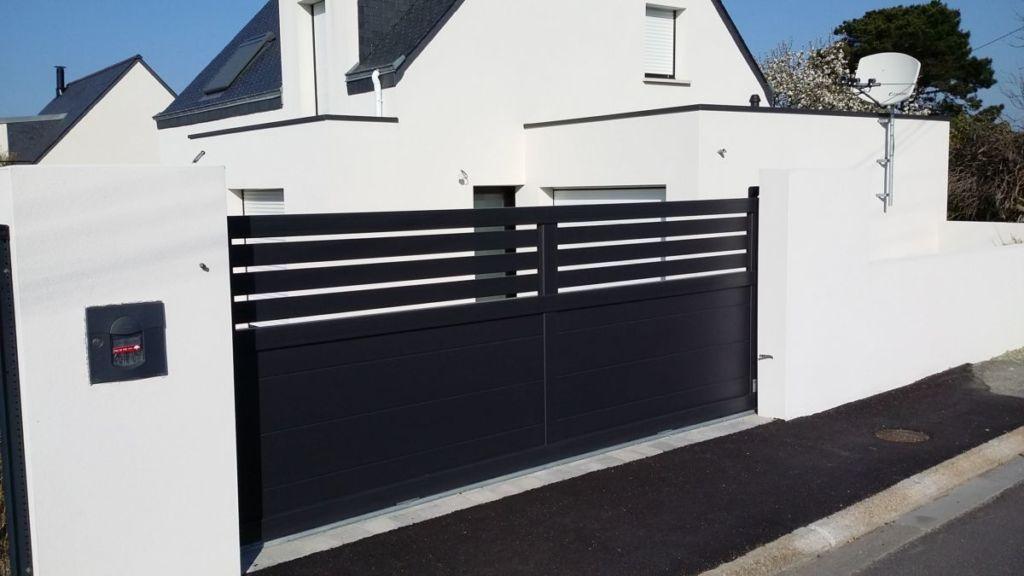 Portail coulissant en aluminium gamme SIB contemporaine haut avec lames verticales ajourées, bas plein