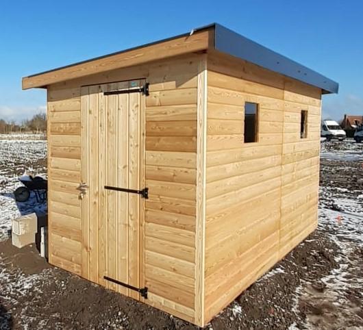 Abri de jardin double en bois mélèze pour jardins partagés formé par deux modules avec paroi séparative, deux portes d'accès simples, installation sur pieux de fondation galvanisés, toiture pente 3° avec couverture bac acier