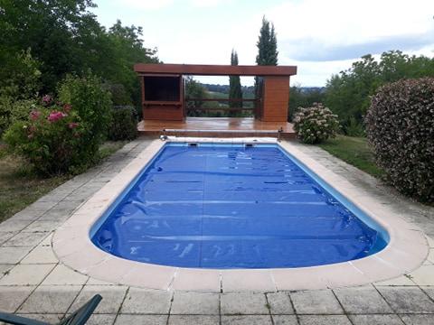Abri de loisir / chalet piscine sur mesure en bois rustyle installé sur une terrasse en lames bois