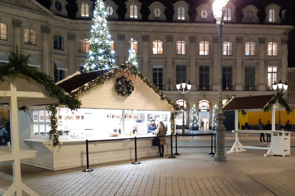 chalet de Noël et de vente spécifique avec application d'une peinture blanche RITZ paris