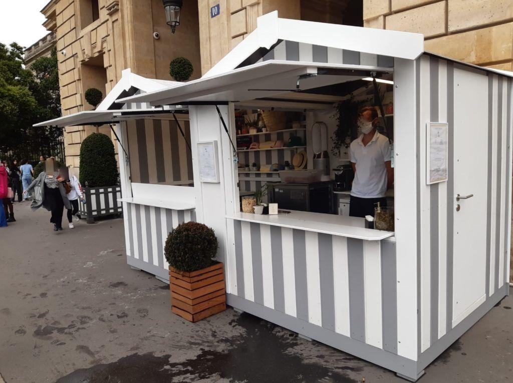 Location d'un chalet de vente snacking avec lasurage personnalisé bicolor installé en devanture d'un palace parisien rue du faubourg Saint Honoré