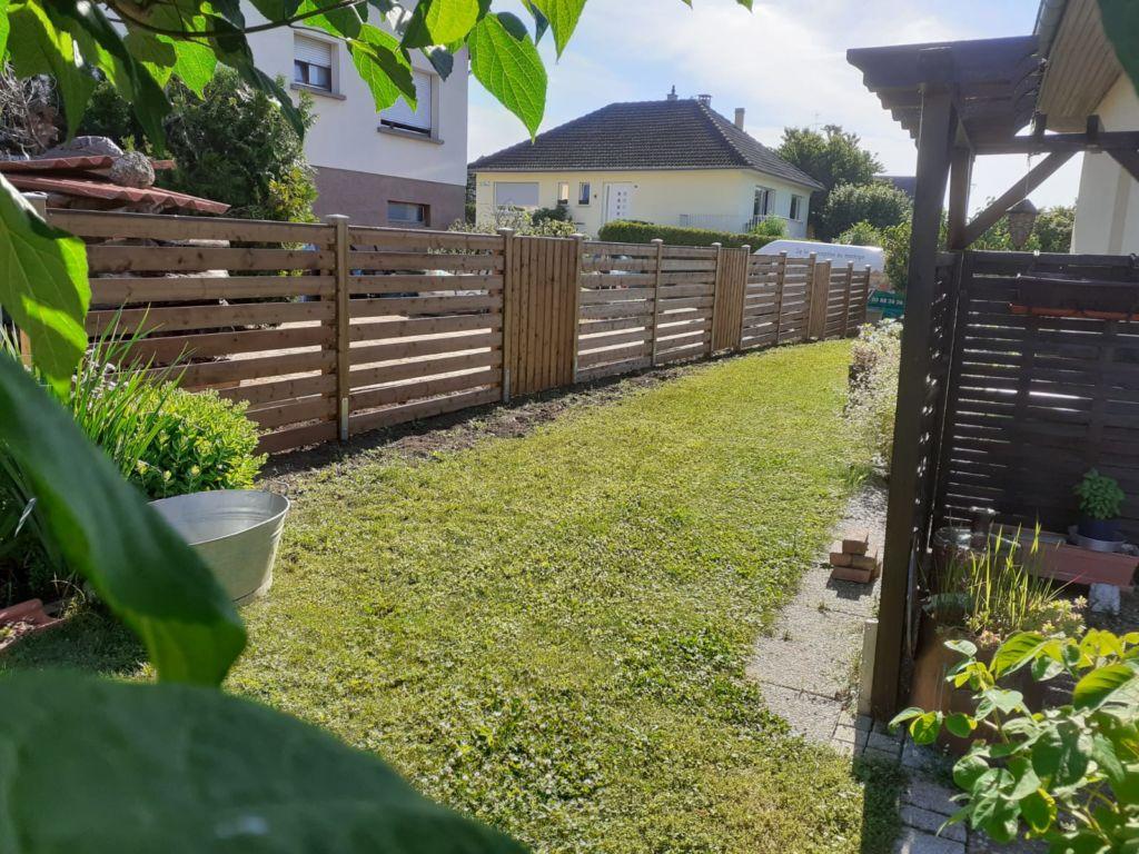 Clôture / claustras formée par une combinaison de panneaux de lames bois horizontales et verticales