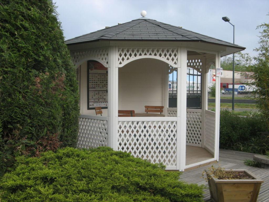 kiosque-gloriette octogonal en bois lasuré blanc avec treillages décoratifs
