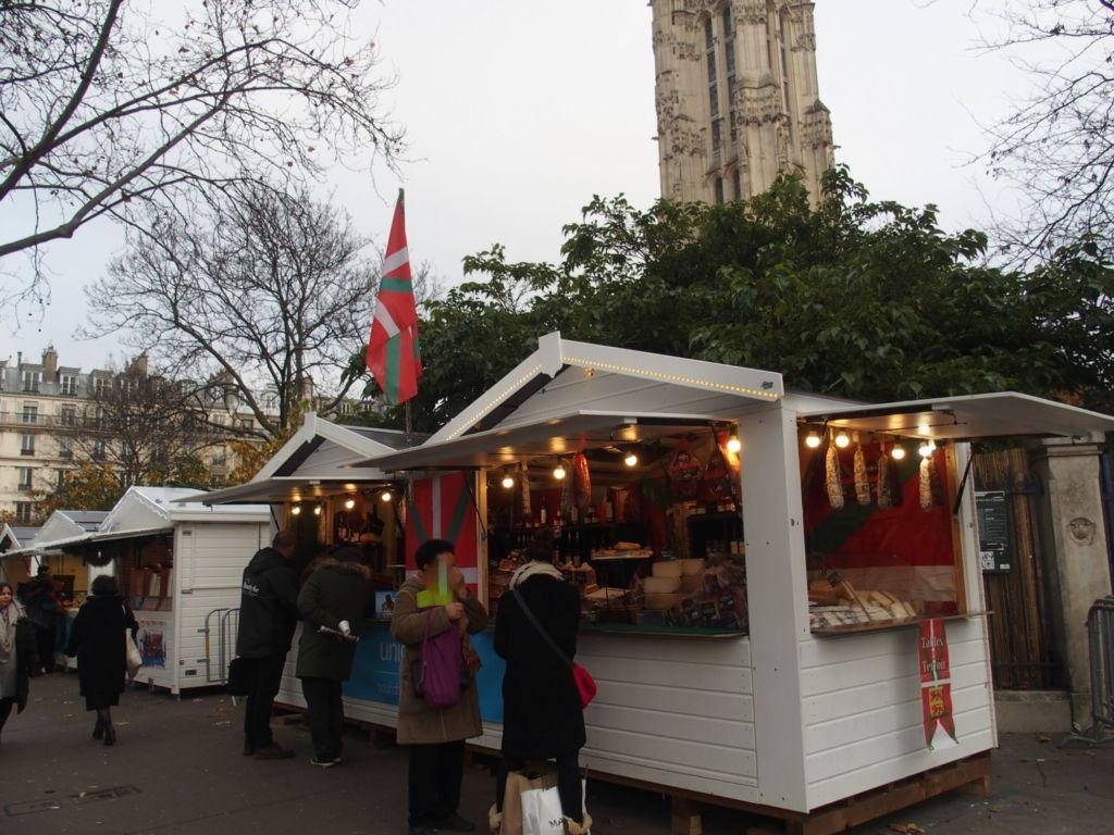 location de chalets de Noël en bois lasurés blanc à Paris