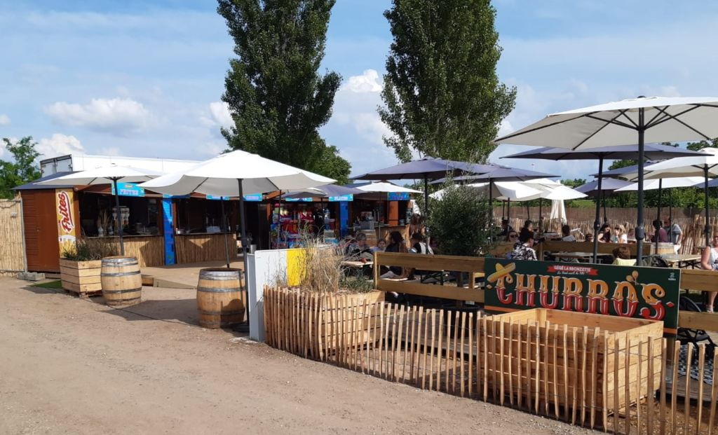 Chalets en bois utilisés en points de vente petite restauration à emporter sur base de loisirs