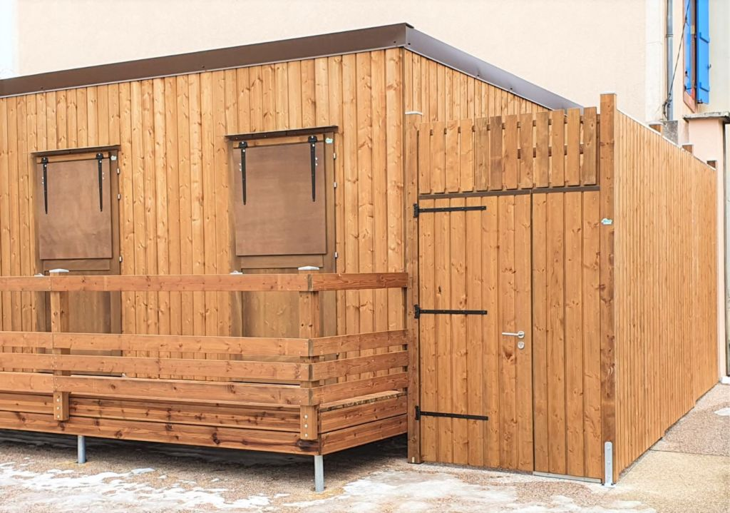 chalet de distribution alimentaire en bois avec gros plan sur modules individuels et abri de stockage annexe en bois rustyle