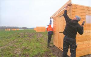 Installation abri double en mélèze pour jardins familiaux à Gravelines, par rustyle, alsace