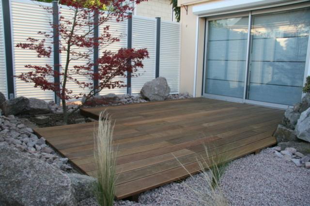 Plancher bois en lames striées pour terrasse extérieure