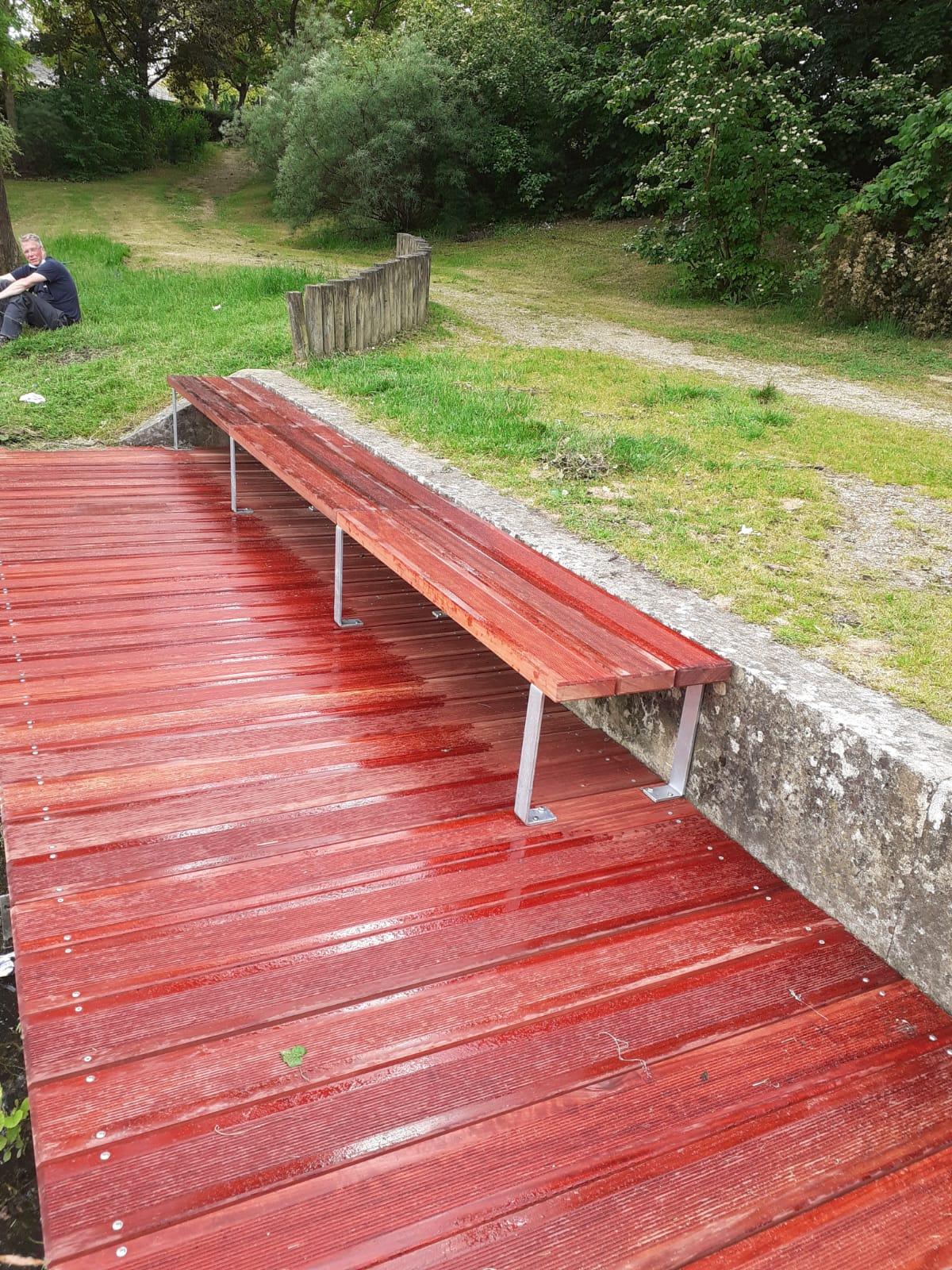 Cheminement bois en lames striées anti-dérapantes et banquette assortie en padouk rouge