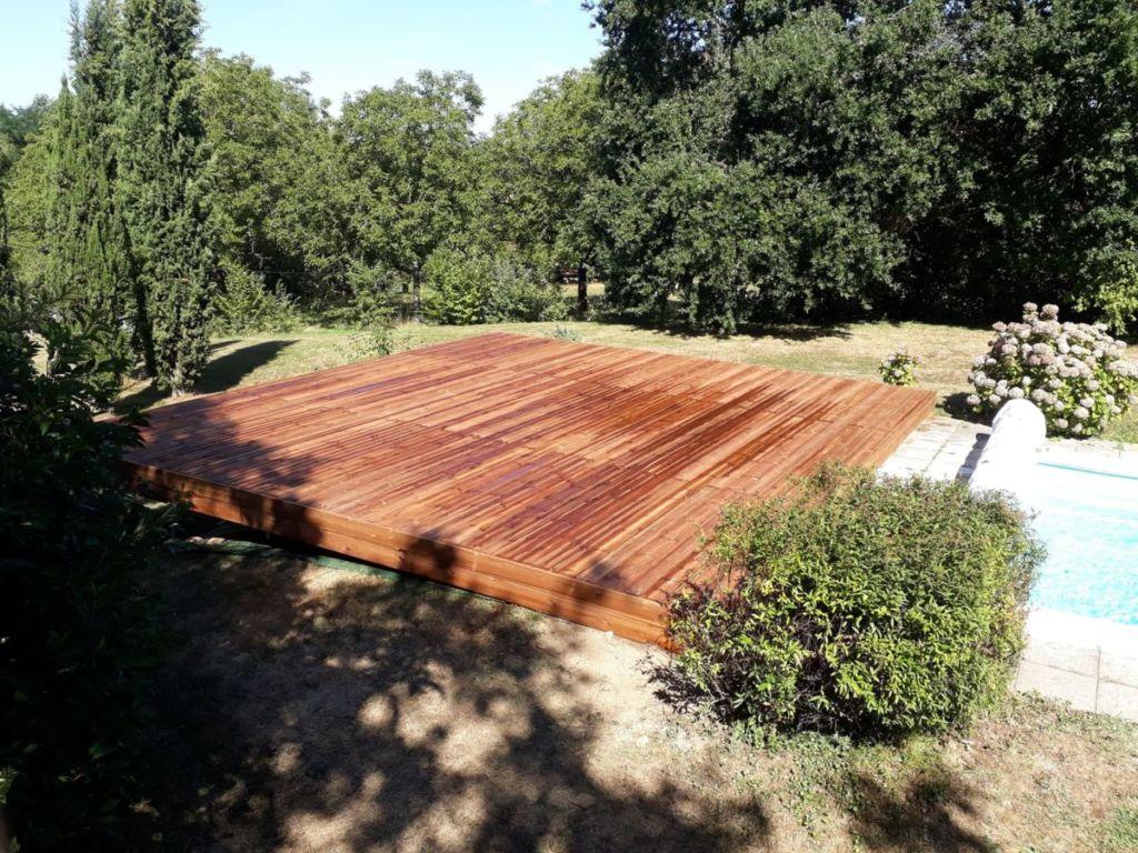Plancher bois en lames striées assemblées sur un solivage en résineux traité.