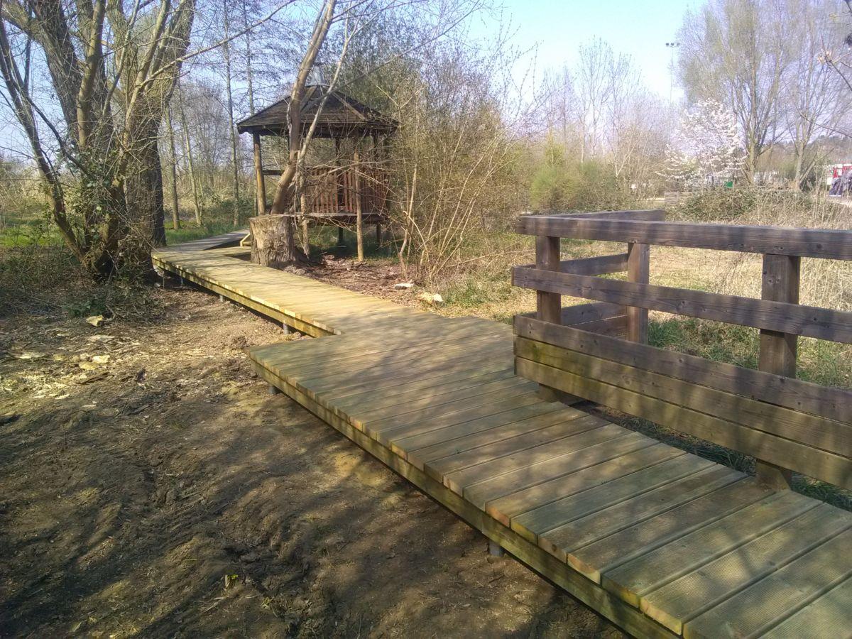 Platelage, cheminement piétonnier en bois résineux anti-dérapant