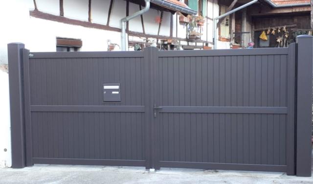 Portail deux vantaux en aluminium thermolaqué teinte bronze avec boite aux lettres intégrée, remplissage lames verticales
