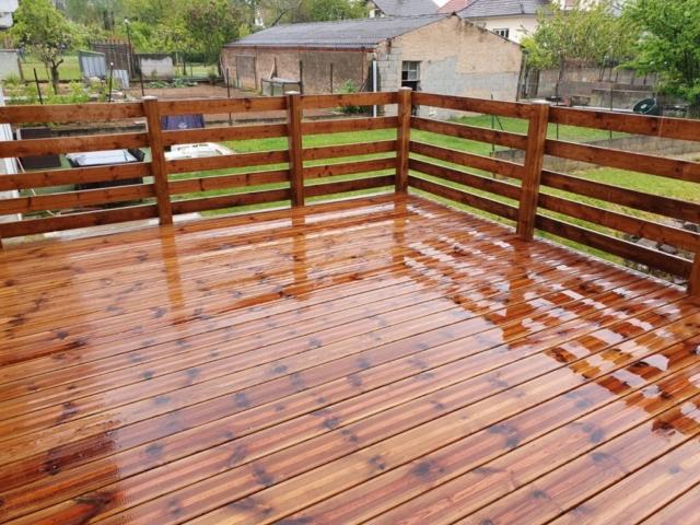 Terrasse en bois formée par des madriers striés en résineux